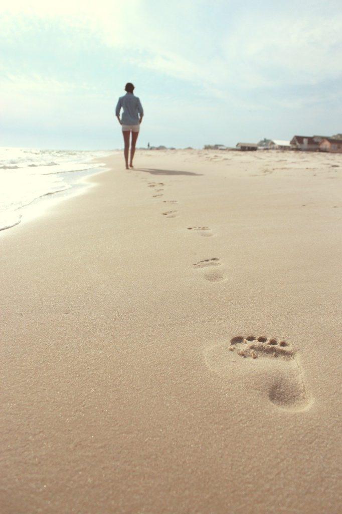 beach, woman, footprints-731137.jpg